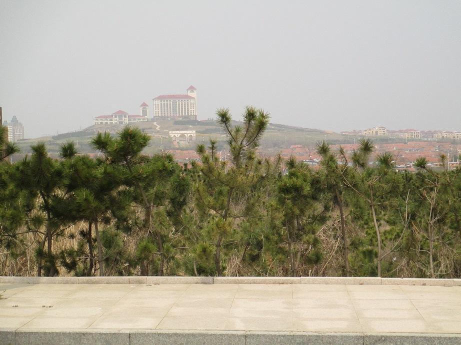 学校北面远处的马山寨,跨过这个小山头 再往北就是海