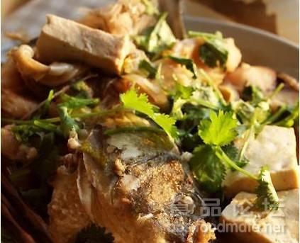 红烧鲤鱼炖豆腐12.豆腐放锅内,一起炖,大约20-30分钟左右,视鱼...