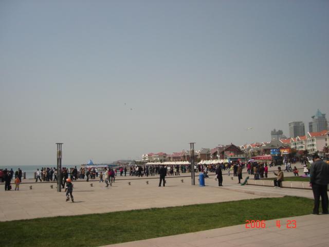 4月23日的青岛,阳光明媚,春意盎然,五四广场游玩、游戏和结婚的人们沉浸在幸福中,我们也在幸福的等待 ..